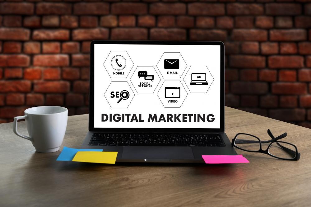Portátil con los servicios que puede ofrecer una agencia de marketing digital full service