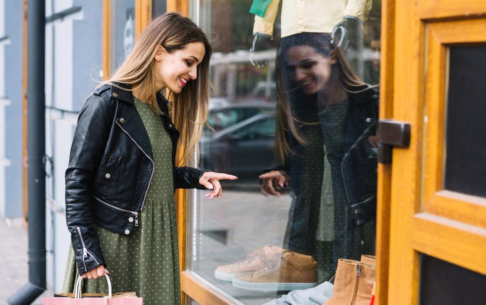Chica mirando el escaparate de una tienda